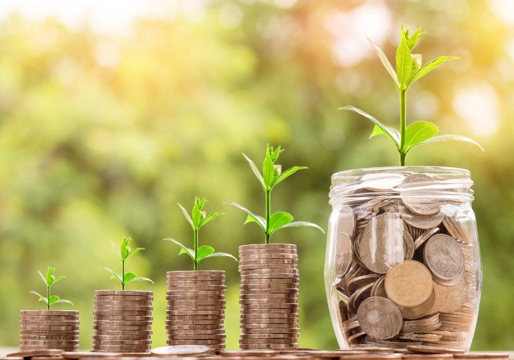 barattolo di vetro usato per risparmiare soldi - Come risparmiare soldi per viaggiare: 23 consigli utili