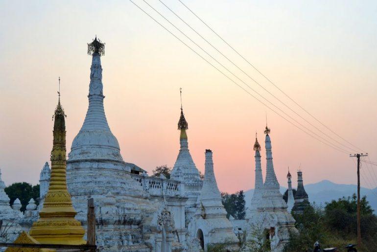 paesaggio di pagode bianche e oro in Myanmar al tramonto