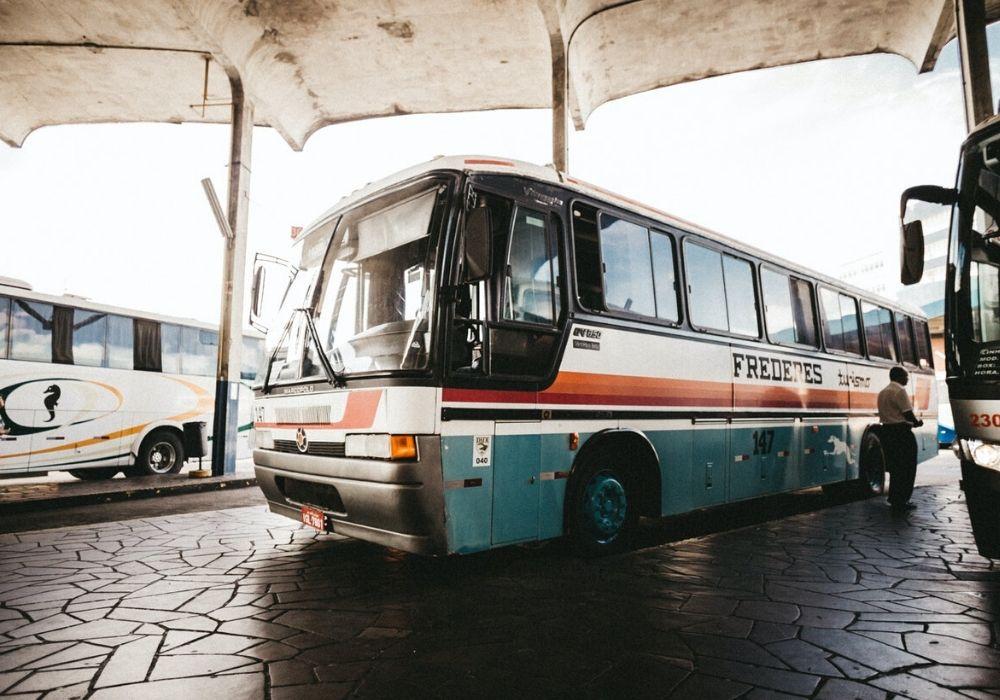 pullman parcheggiato in attesa di partire - Come muoversi in Myanmar: consigli pratici