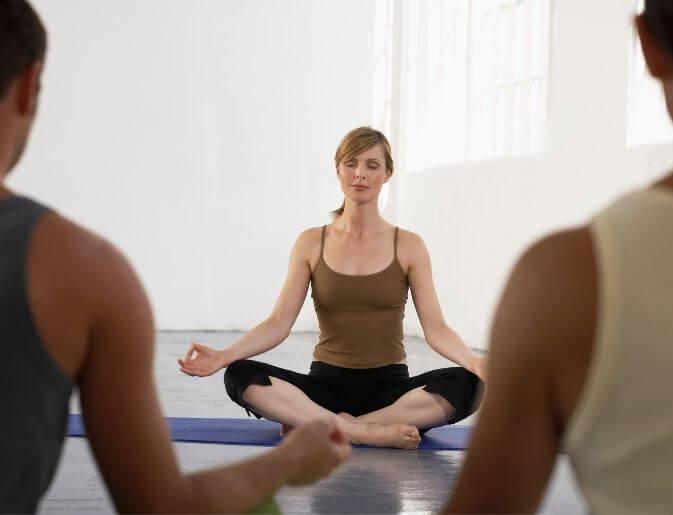 ragazza insegnante di yoga da lezione