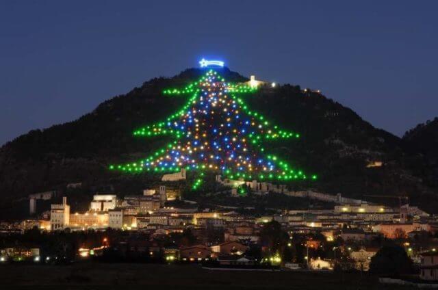 città di gubbio con albero di natale